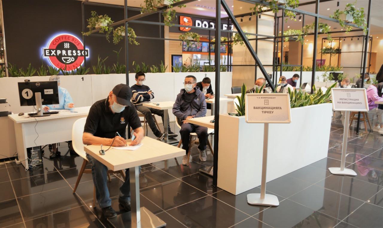 Еще в двух торговых домах столицы открыли прививочные пункты
