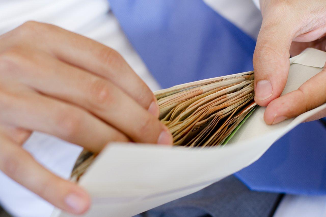 В какой стране грозит уголовная ответственность за зарплату «в конверте»