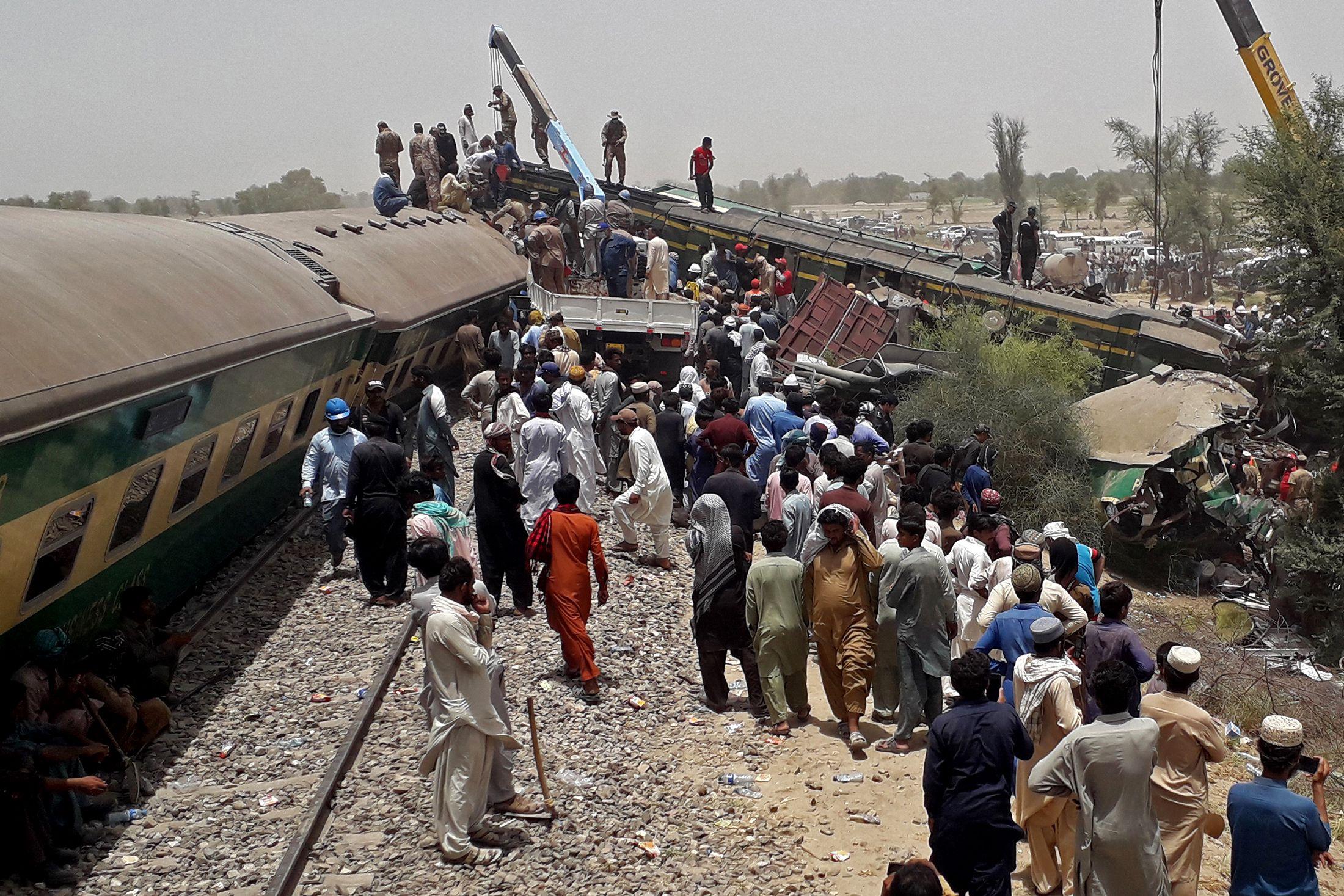 Названо число жертв столкновения поездов в Пакистане