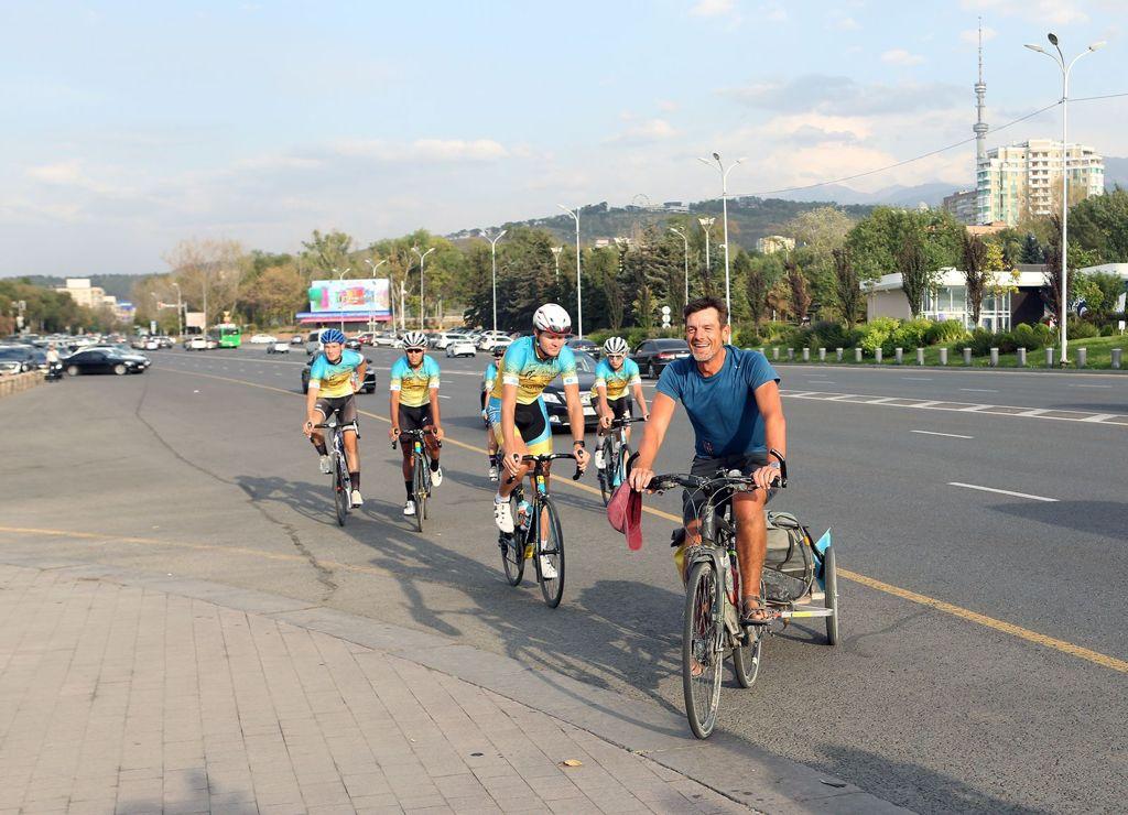 Саяхатшы Лоран Маэ велосипедпен 9 мың шақырымды жүріп өтіп, Алматыға жетті