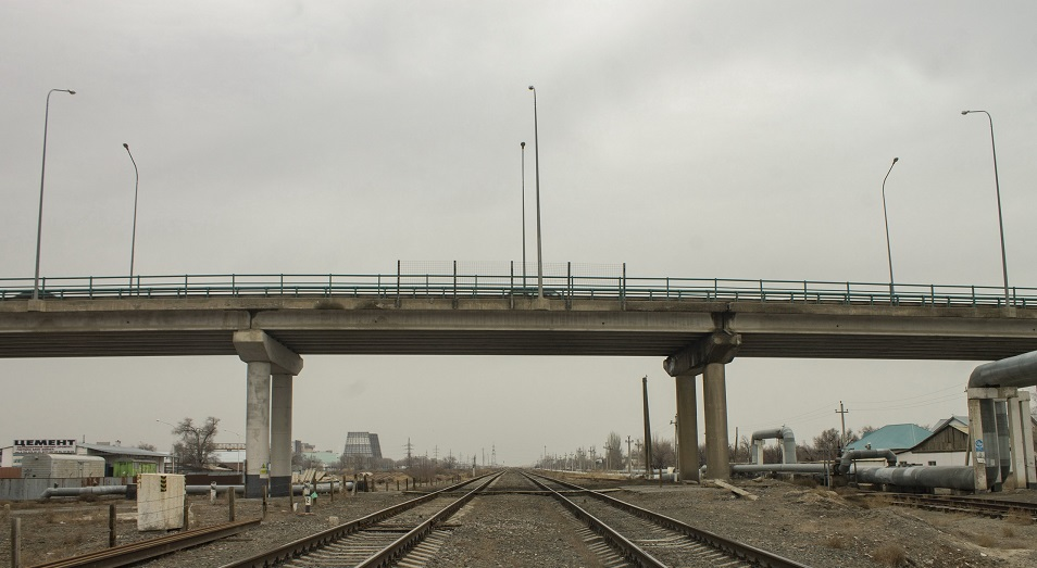 Кто в ответе за дырявый мост через железнодорожные пути?