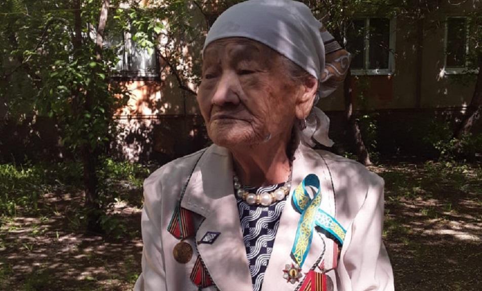 Аким ВКО поздравил бабушку-ветерана, которую исключили из списков из-за курения