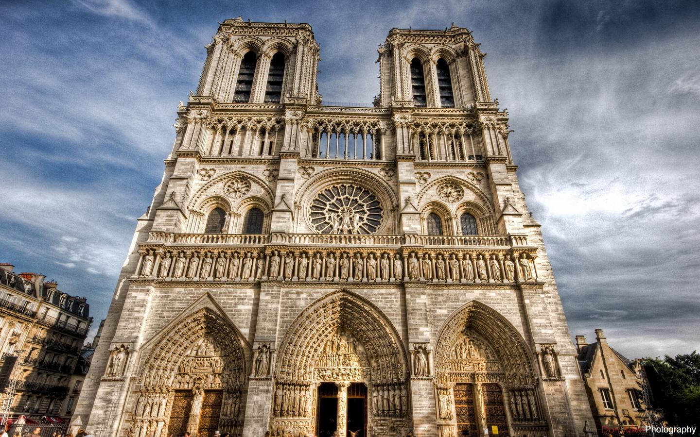 Полиция арестовала летчика намеревавшегося врезаться в собор Парижской Богоматери