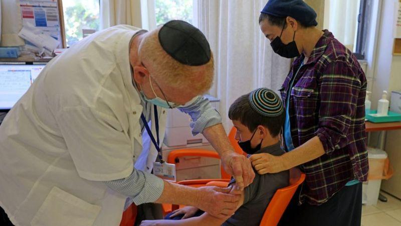 Израиль начинает вакцинацию подростков