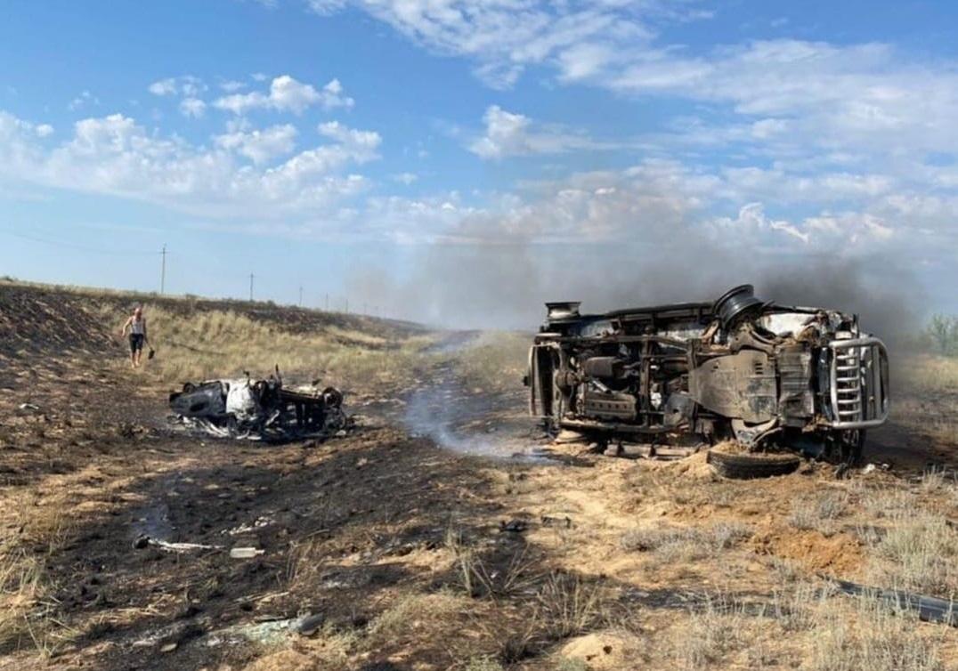 В результате ДТП в Актюбинской области сгорели две автомашины.