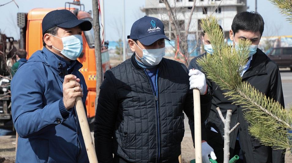 Болашаковцы Байбек и Кульгинов высадили деревья в столице