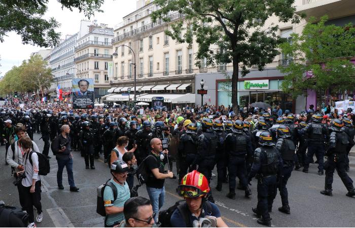 В субботу на улицы Франции вышло около 121 тыс. противников санитарных паспортов