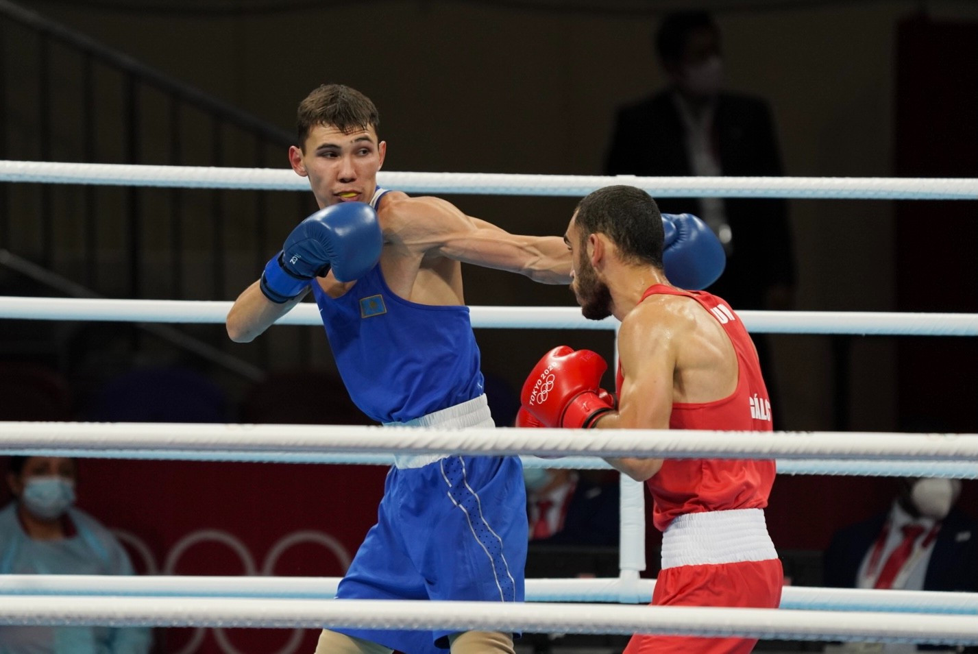 Казахстанский боксер оформил два нокдауна и победил на старте Олимпиады-2020