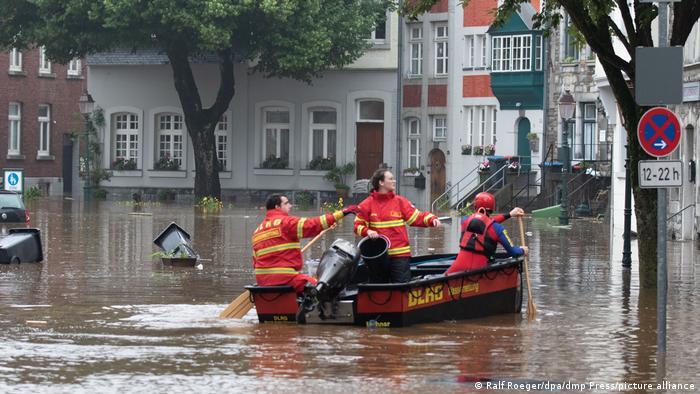 На западе Германии растет число жертв разрушительного наводнения