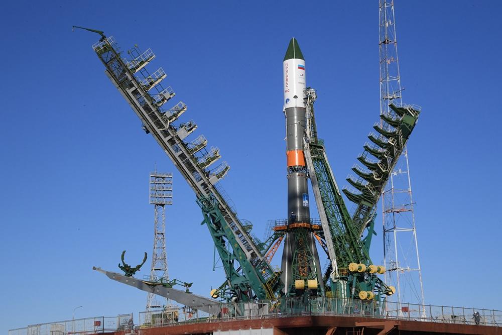 Ракета «Союз» с грузовым «Прогрессом» установлена на стартовый комплекс Байконура