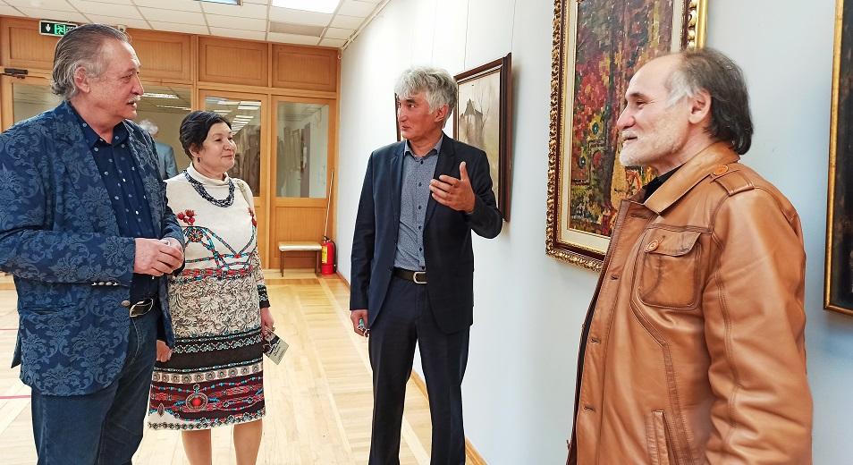 В музее искусств им. Кастеева открылась выставка Нуршидина Баратова «Небо ближе»