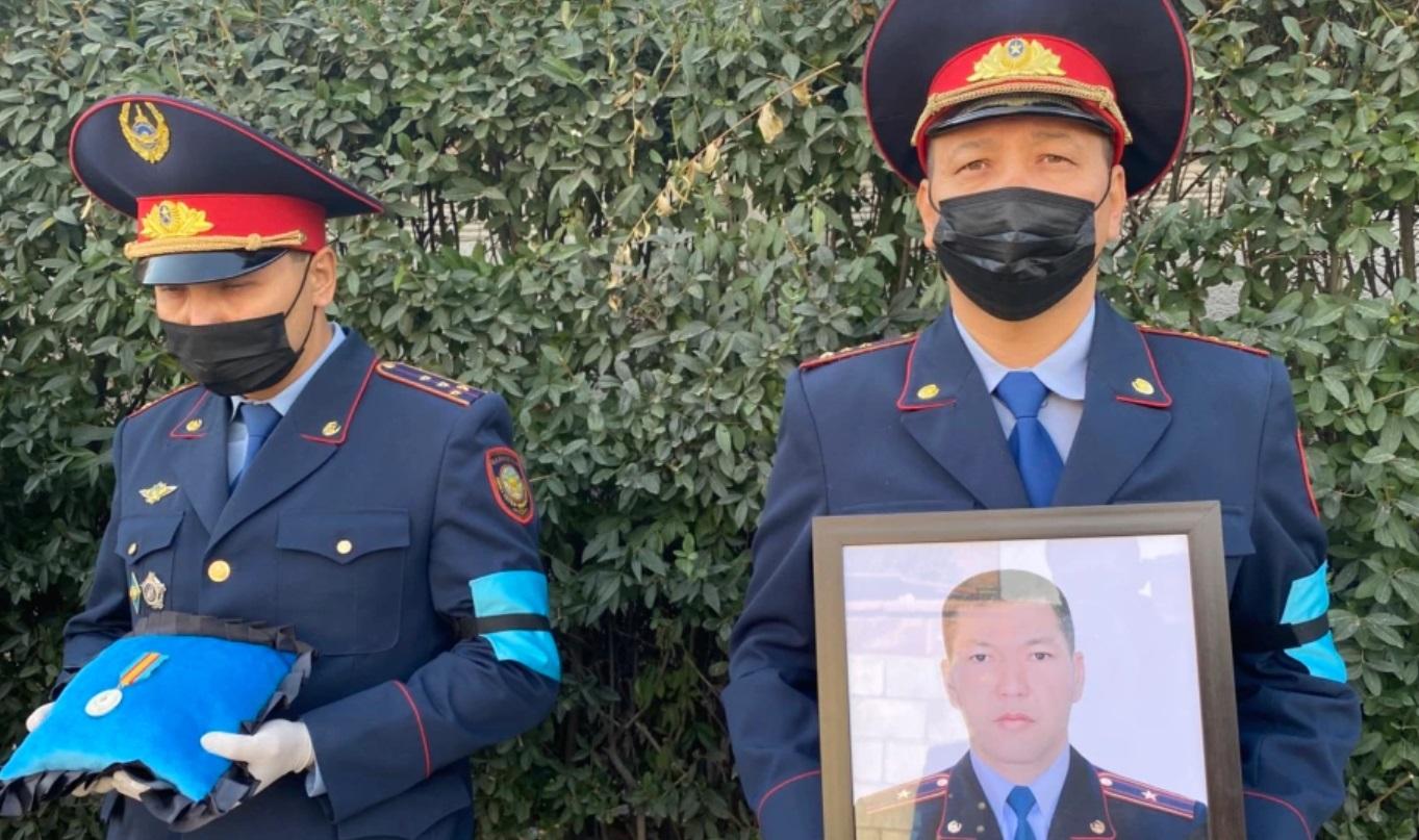 Президент наградил погибших в Алматы полицейских и судебного исполнителя