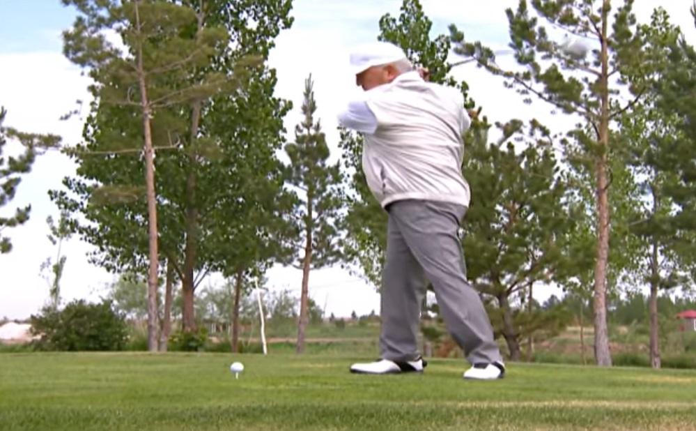 В Сети появилось видео с играющим в гольф Назарбаевым