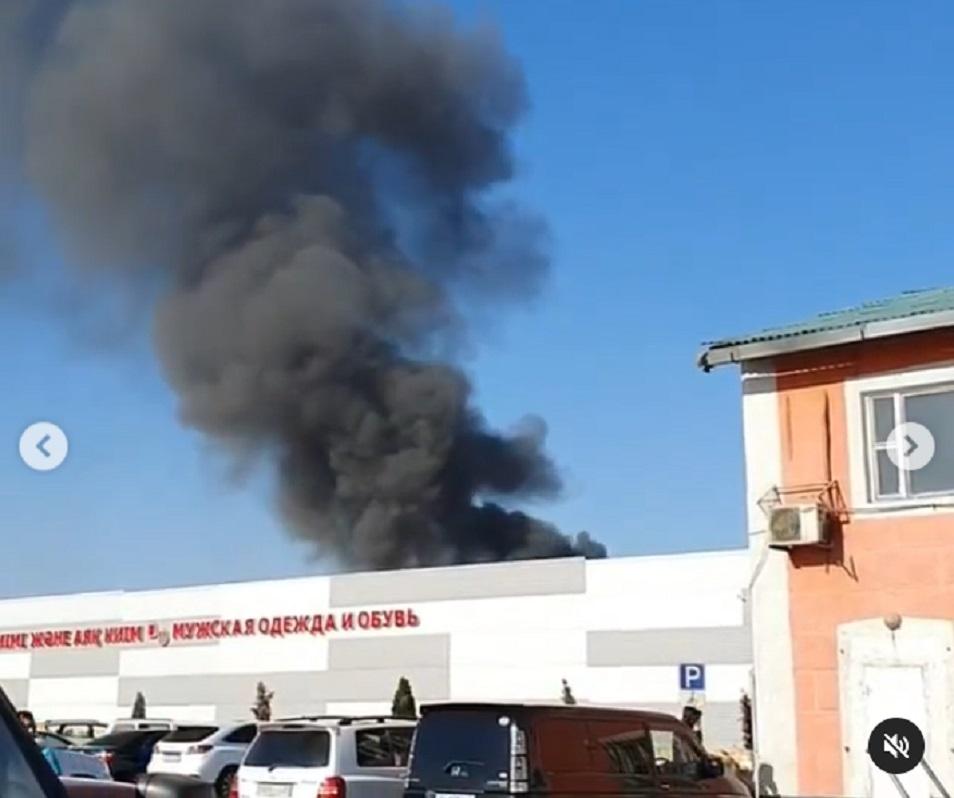 Водители Алматы разместили в Сети видео с пожаром в районе барахолки