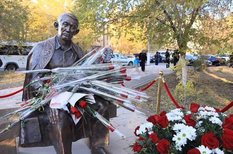 Памятники Шамши Калдаякову и Толегену Айбергенову открыли в Актобе