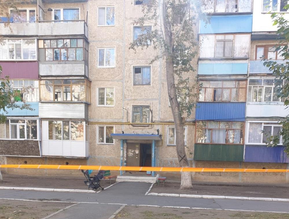 Житель Лисаковска  открыл стрельбу в подъезде многоэтажки. Есть жертвы