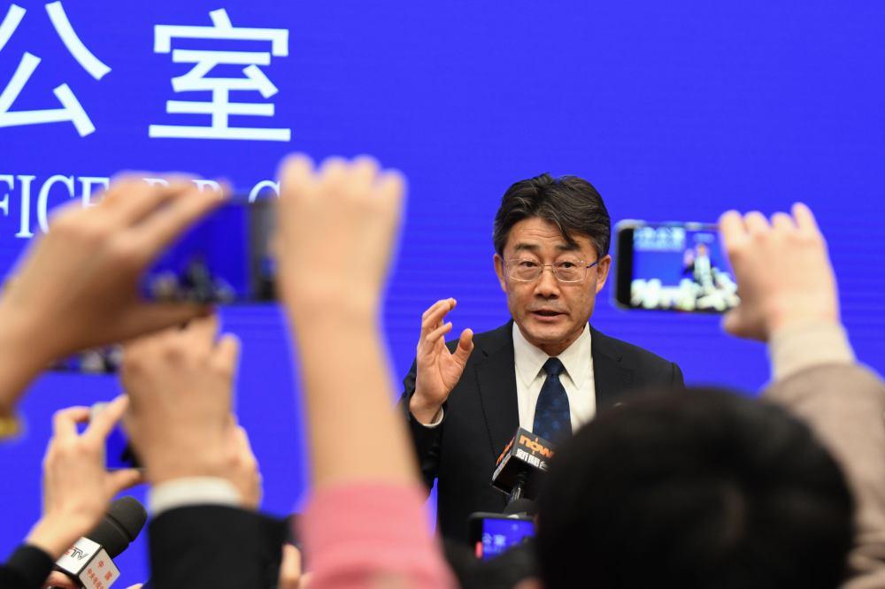 Глава китайского CDC привился от коронавируса тремя дозами разных вакцин