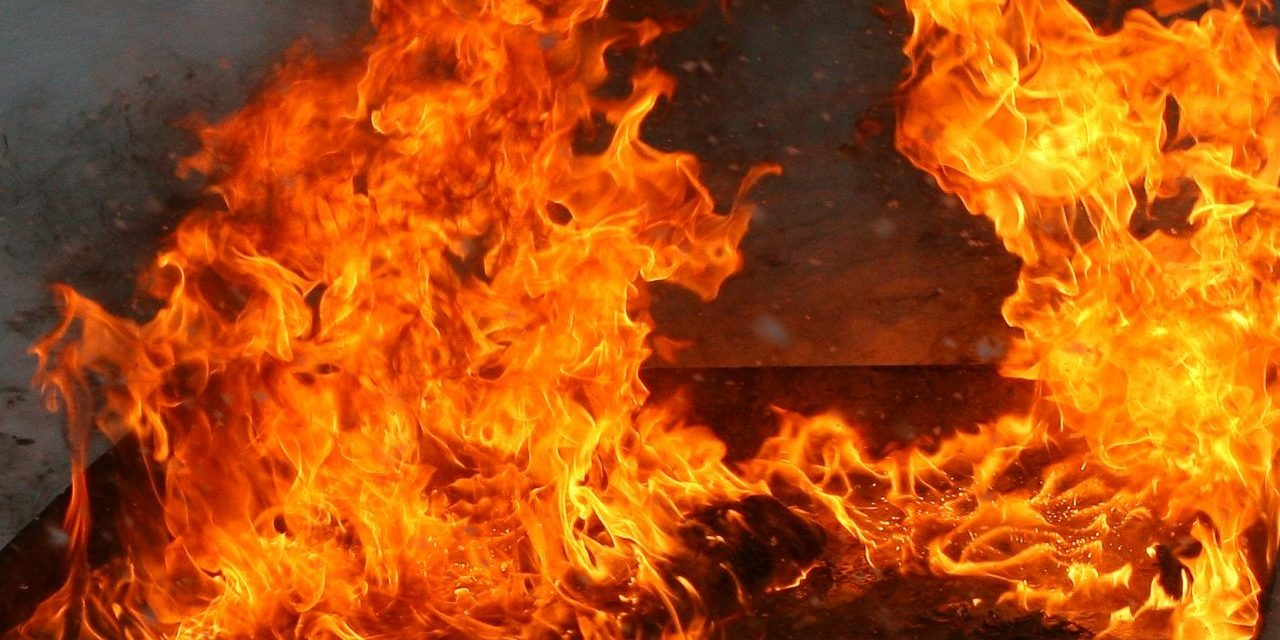 Крупный пожар произошел в центре Алматы. Видео