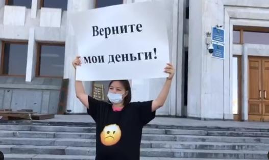 В МИОР отреагировали на пикет журналистки около акимата Алматы