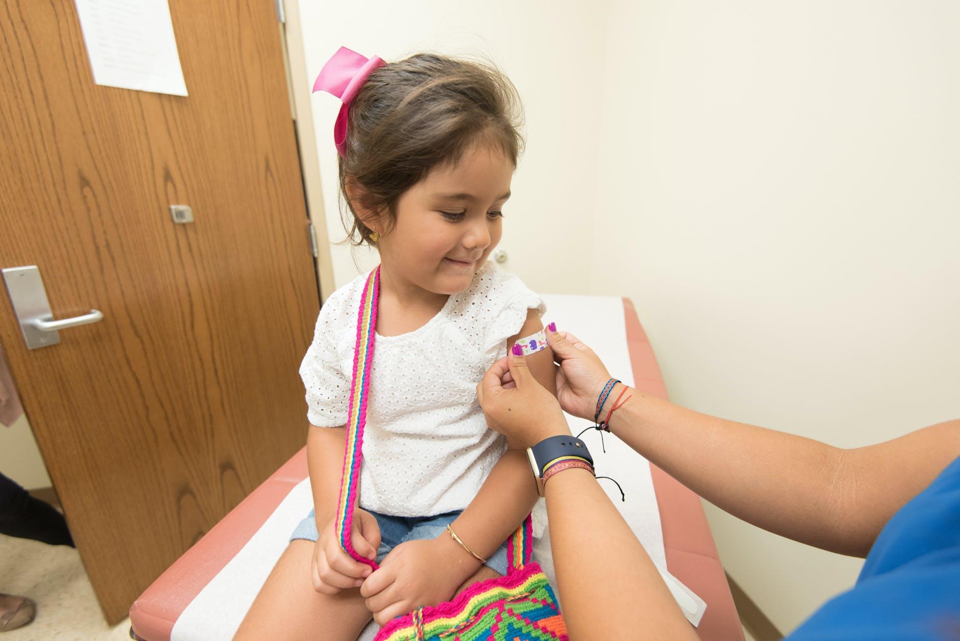В каком государстве начали прививать детей против коронавируса с двух лет