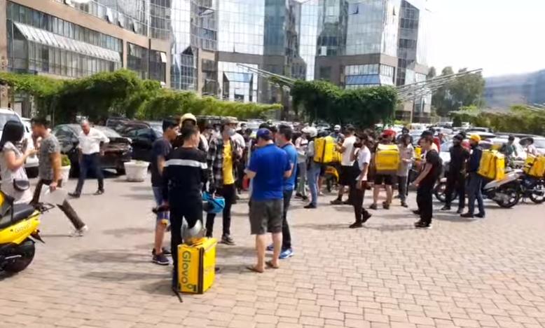 В Алматы курьеры Glovo устроили забастовку и хаос на дорогах