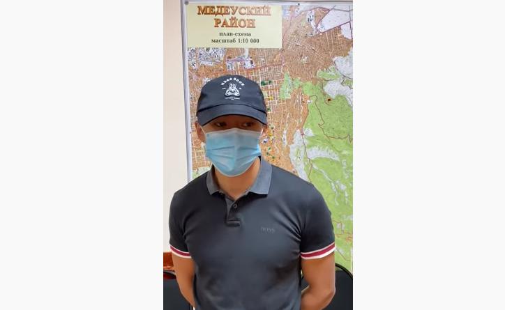 Алматинец ударил официанта – появилось видео с его извинениями