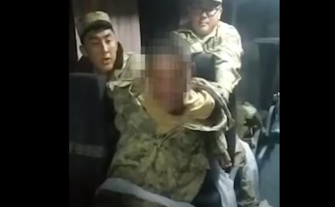 """Видео с """"одержимым"""" солдатом взбудоражило Казнет"""