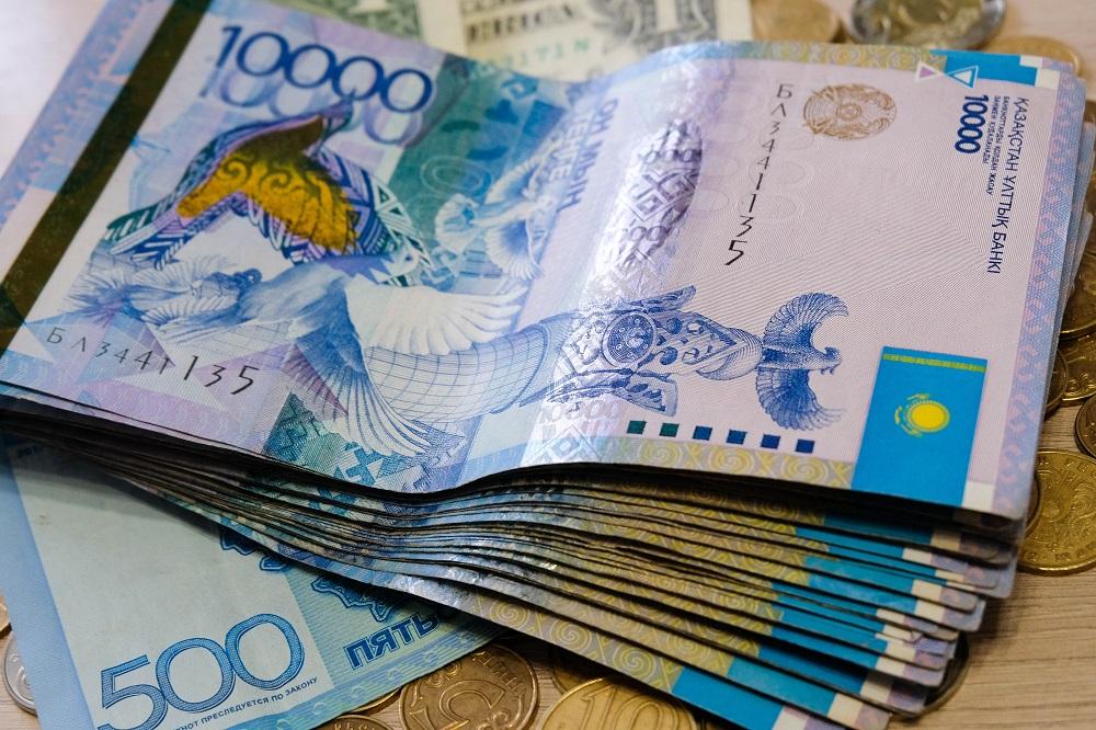 Сколько денег отнесли казахстанцы в банки