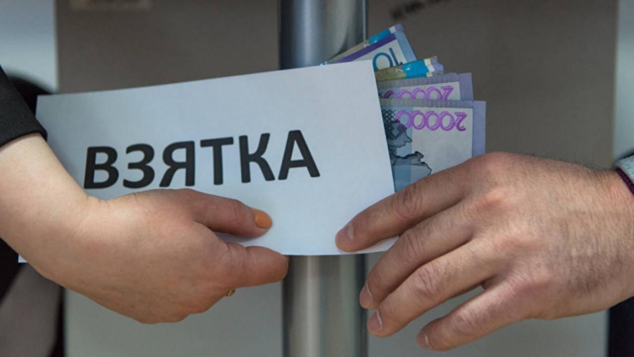 В Алматы крупного чиновника поймали на внушительной взятке
