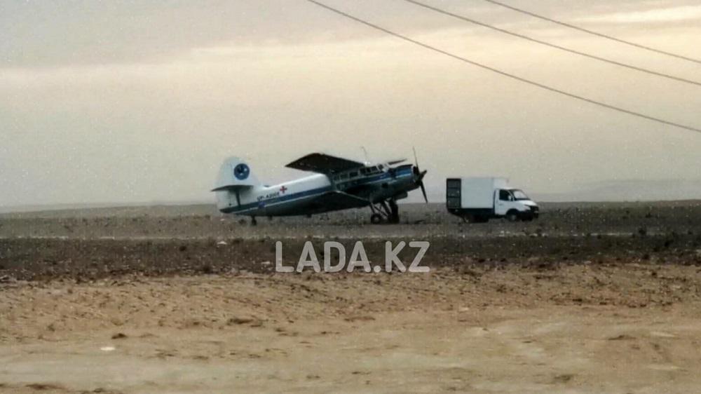 Самолет экстренно сел в степи около аэропорта Актау
