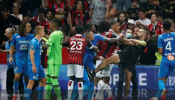 Массовой потасовкой футболистов с болельщиками закончился матч во Франции. Видео