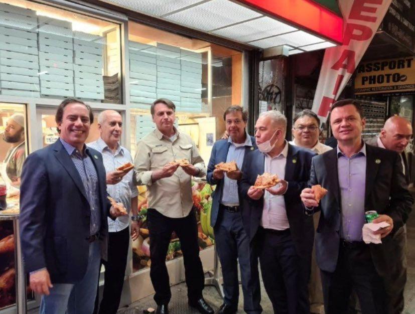 Непривитого президента Бразилии не пустили в ресторан в Нью-Йорке