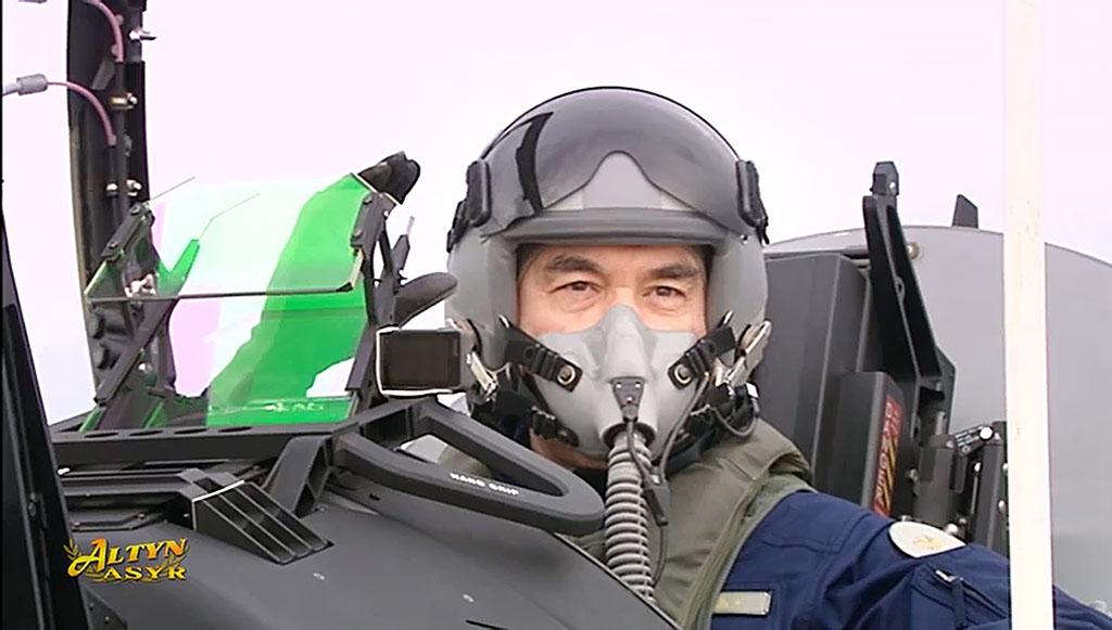 Президент Туркменистана сам испытал сверхзвуковой самолет