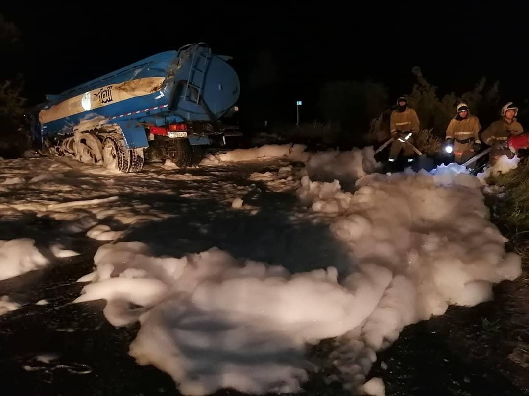 ШҚО-да апат кезінде 2 тонна бензин жол бойына төгілді