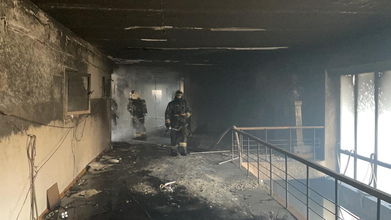 Загорелась библиотека: крупный пожар произошел в вузе Семея