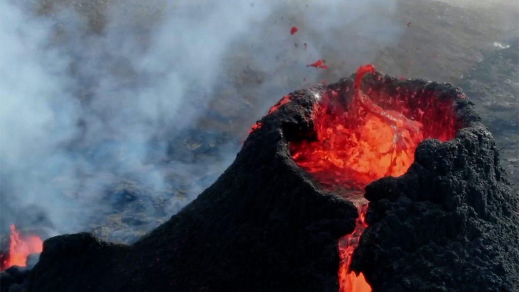 В Испании в течение месяца идет извержение вулкана
