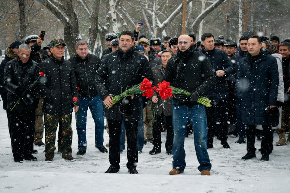 Александр Розенбаум возложил цветы к памятнику погибшим в афганской войне в Павлодаре