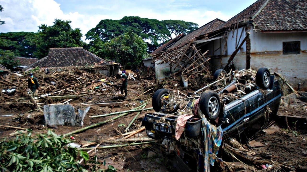 В результате наводнения в Индонезии погиб 21 человек