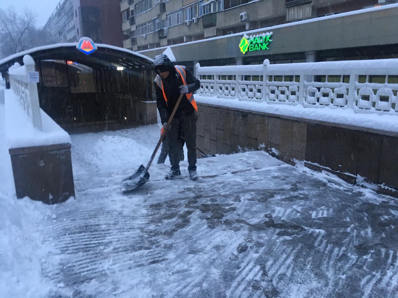 Уборкой снега в Алматы занимаются 574 ед. спецтехники