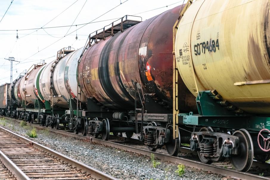 Около 10 тонн дизтоплива разлилось в Костанае из-за схода железнодорожной цистерны