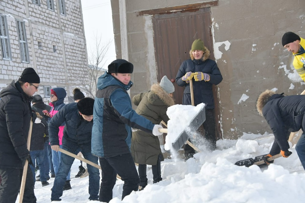Более 5000 жителей вышли на уборку снега в столице
