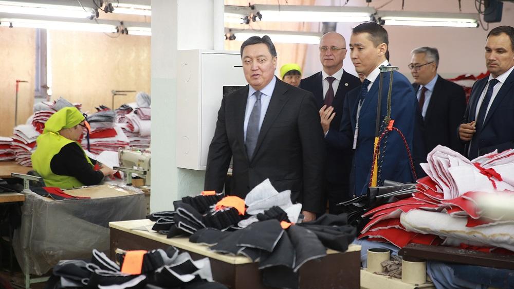 Аскар Мамин испытал первый произведенный в Казахстане трактор «Кировец»