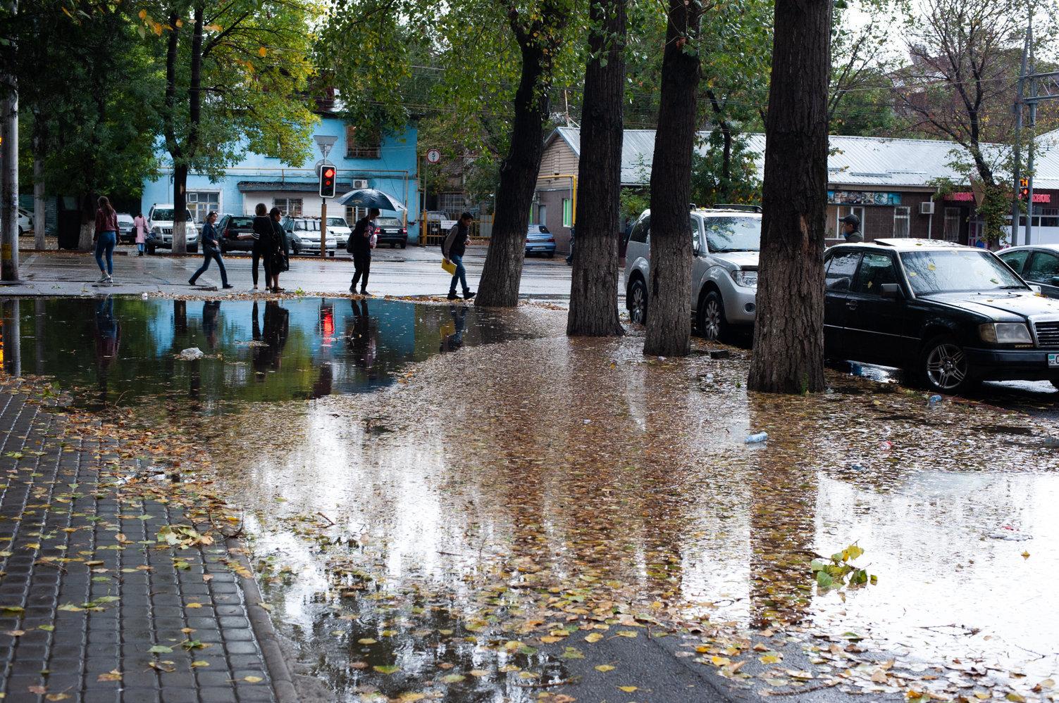 Как в Алматы ликвидируют подтопления в период ливневых осадков