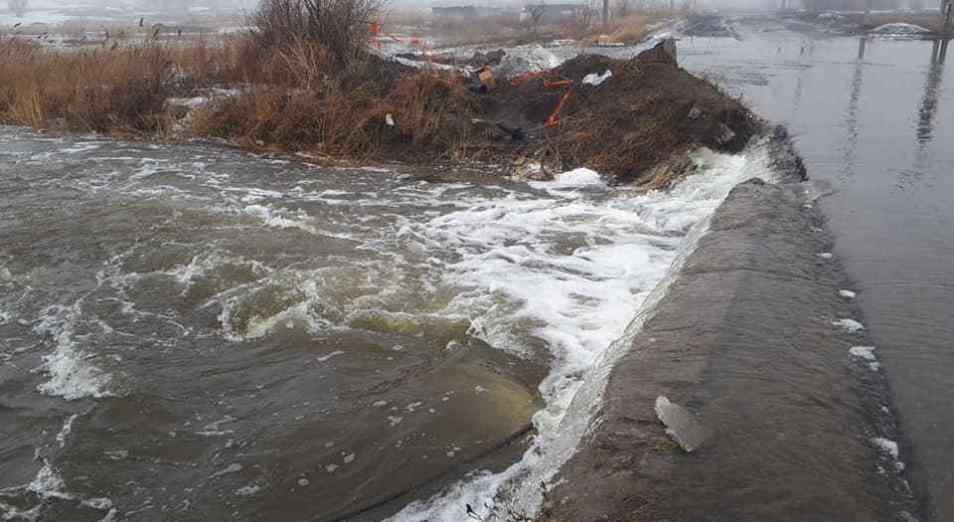 УЧС Темиртау «поймал» талую воду в новый обводной канал