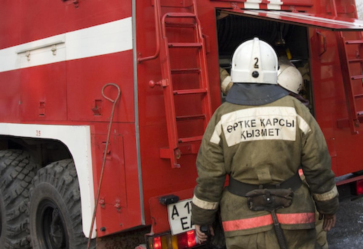 В Уральске тушат пожар на авторазборе