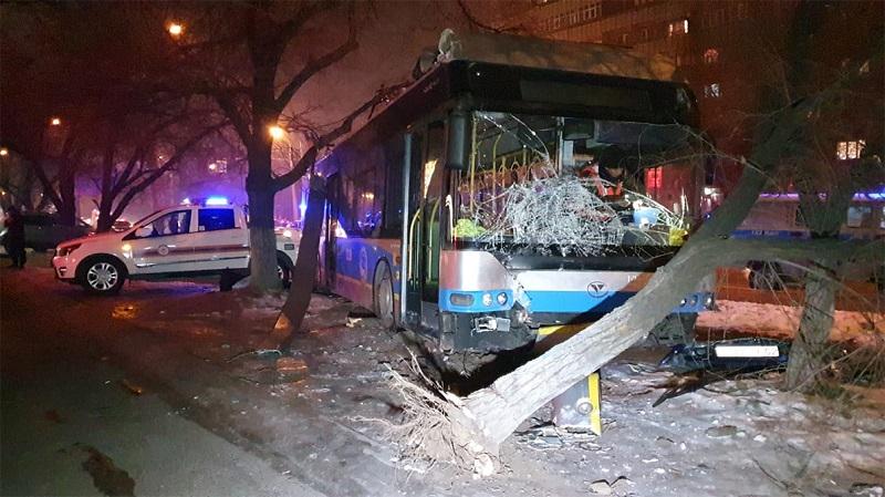 Троллейбус в Алматы протаранил три автомобиля