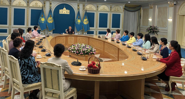 Назарбаев сравнил труд матерей с работой авиадиспетчеров