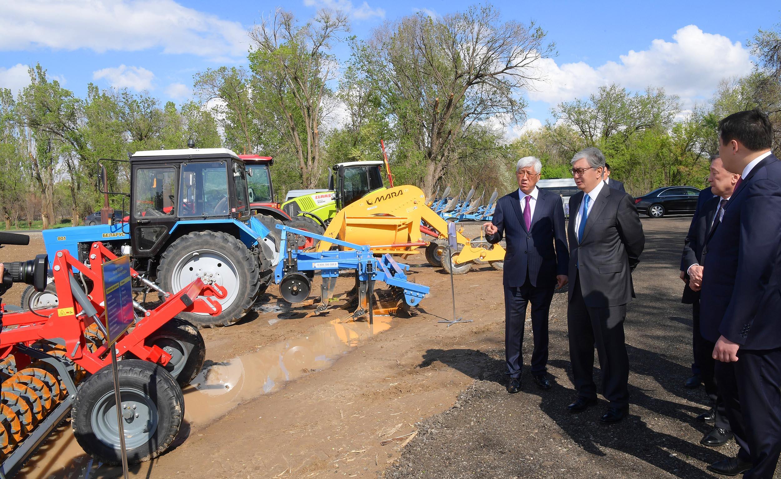 Глава государства ознакомился с ходом весенних полевых работ в Алматинской области