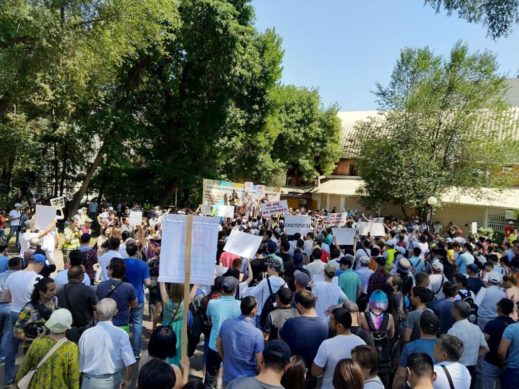 В мирном митинге в Алматы участвуют около 200 человек