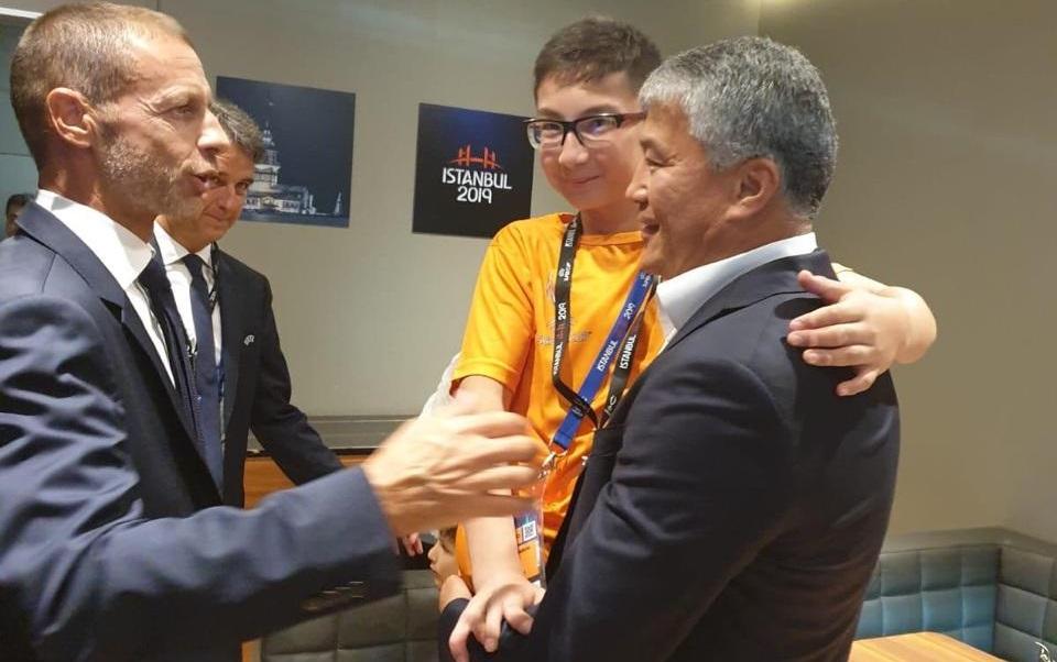 Казахстанский мальчик Али наградил «Ливерпуль» после матча за суперкубок УЕФА